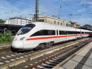 1024px-Mainzer_Hauptbahnhof-_auf_Bahnsteig_zu_Gleis_4-_Richtung_Worms_(Hochsteg)_(ICE_411_005-2_(Tz_1105)_Dresden)_23.5.2009