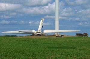 1024px-Wind_turbine_construction