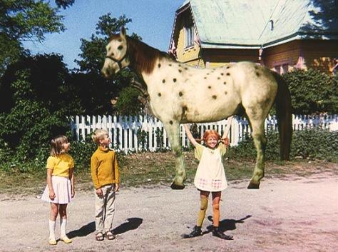 Pippi-stemmt-den-Kleinen-Onkel-in-die-Luft